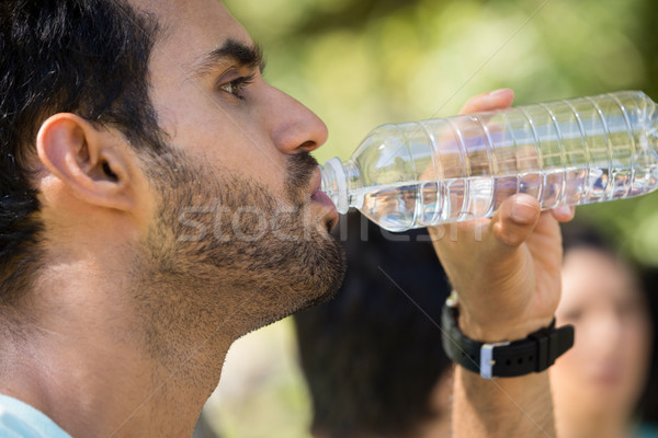 Człowiek woda pitna parku kobieta charakter Zdjęcia stock © wavebreak_media