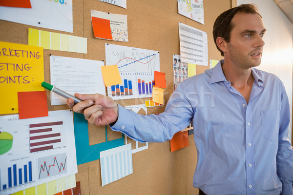 Mannelijke uitvoerende uitleggen grafiek boord Stockfoto © wavebreak_media