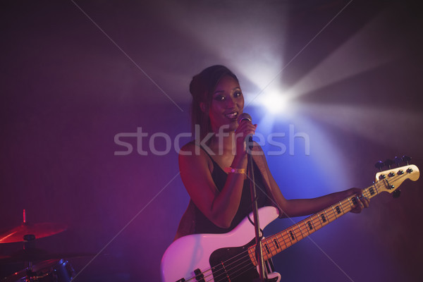 Femenino cantante realizar iluminado discoteca retrato Foto stock © wavebreak_media