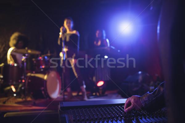 Foto stock: Músicos · sonido · mezclador · iluminado · etapa · discoteca