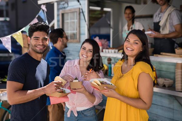 Retrato amigos em pé lanches comida caminhão Foto stock © wavebreak_media