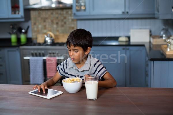 Jongen tablet ontbijt digitale granen home Stockfoto © wavebreak_media