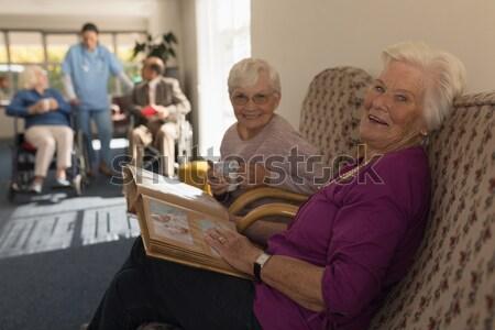 Vrolijk senior man praten vrouw bejaardentehuis Stockfoto © wavebreak_media