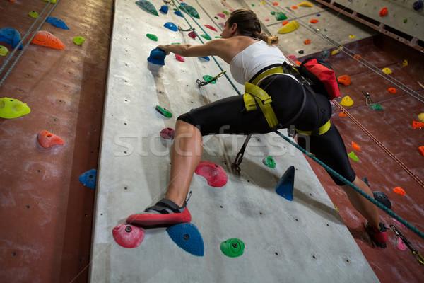 Vrouw oefenen rotsklimmen fitness studio vastbesloten Stockfoto © wavebreak_media