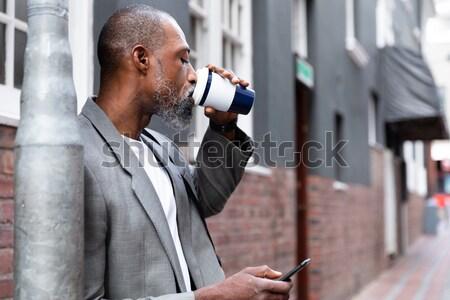 Sorridente senior homem falante telefone móvel casa de repouso Foto stock © wavebreak_media