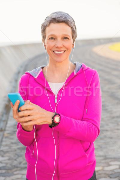 Glimlachend vrouw genieten muziek Stockfoto © wavebreak_media