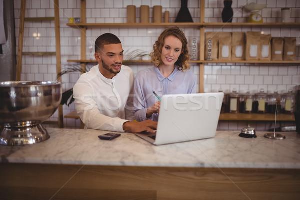 Mannelijke eigenaar jonge serveerster met behulp van laptop vergadering Stockfoto © wavebreak_media