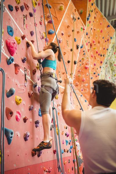 Instrutor mulher escalada parede ginásio esportes Foto stock © wavebreak_media