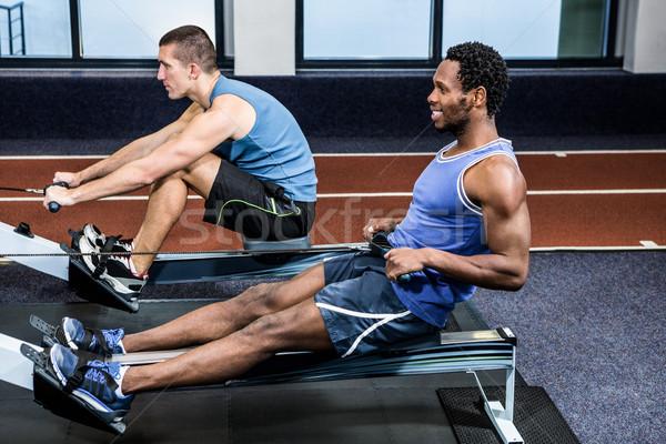 Muscular hombres remo máquina gimnasio hombre Foto stock © wavebreak_media