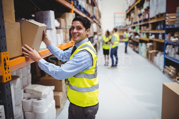 Lächelnd Halle Arbeitnehmer Aufnahme Paket Regal Stock foto © wavebreak_media