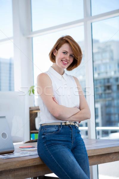 Mosolyog hipszter üzletasszony keresztbe tett kar áll iroda Stock fotó © wavebreak_media
