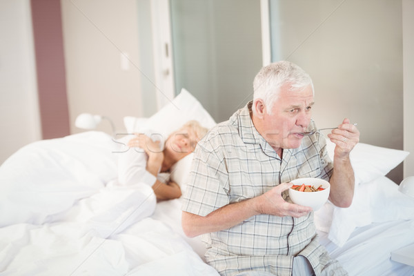 Altos hombre comer ensalada dormir esposa Foto stock © wavebreak_media