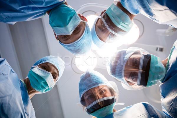 Grupo cirujanos mirando cámara operación habitación Foto stock © wavebreak_media