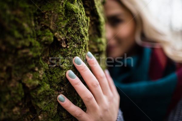 Femme cacher derrière forêt beauté Photo stock © wavebreak_media
