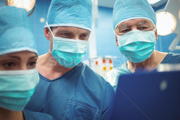 Team chirurgen bespreken operatie theater Stockfoto © wavebreak_media