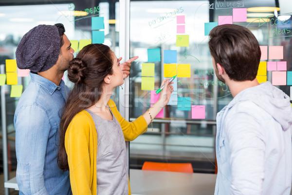 Cégvezetők megbeszél öntapadó jegyzet üveg fal iroda Stock fotó © wavebreak_media