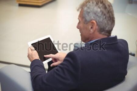 Attentif affaires séance canapé numérique comprimé Photo stock © wavebreak_media