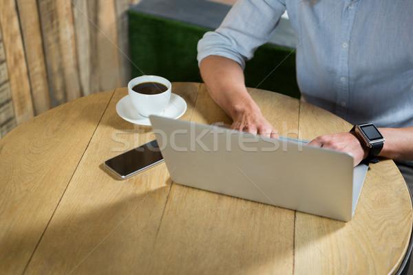 Férfi laptopot használ asztal kávéház technológia notebook Stock fotó © wavebreak_media