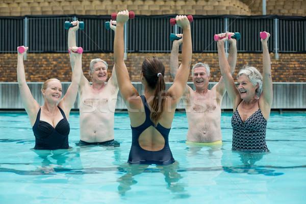 Levantamiento de pesas piscina mujer agua portátil Foto stock © wavebreak_media