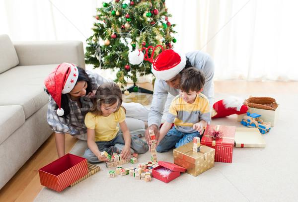 famille jouer no l pr sente maison famille heureuse photo stock wavebreak media. Black Bedroom Furniture Sets. Home Design Ideas