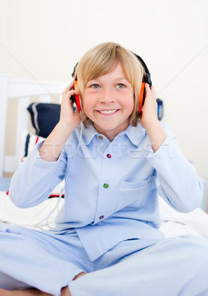 śmiechem chłopca słuchania muzyki posiedzenia bed Zdjęcia stock © wavebreak_media
