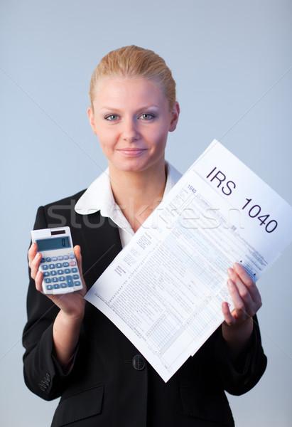 Vulling belasting zakenvrouw naar computer papier Stockfoto © wavebreak_media