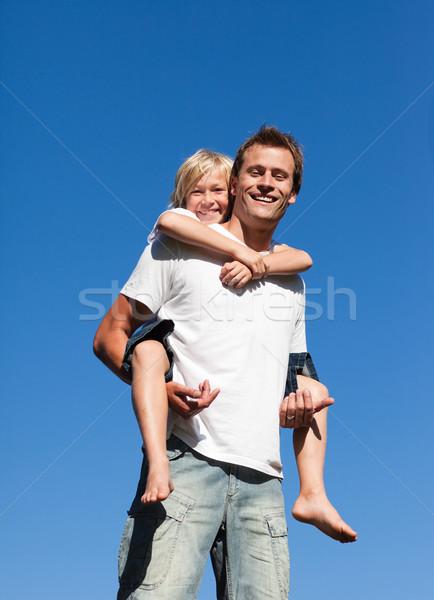 Zdjęcia stock: Człowiek · młody · chłopak · na · barana · odkryty · uśmiechnięty · uśmiech