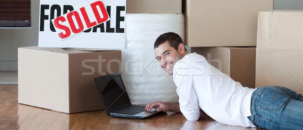 Moço piso usando laptop casa homem feliz Foto stock © wavebreak_media