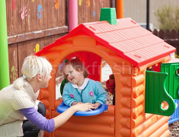 Zoete meisje permanente klein huis speeltuin Stockfoto © wavebreak_media