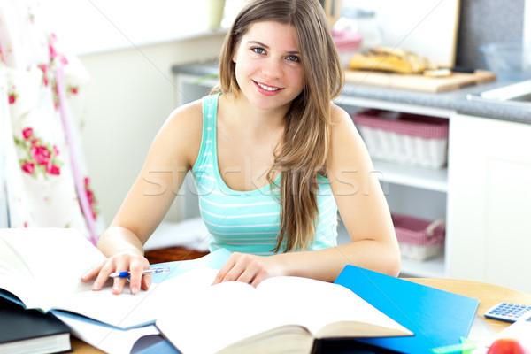 ブルネット 学生 宿題 キッチン 女性 笑顔 ストックフォト © wavebreak_media