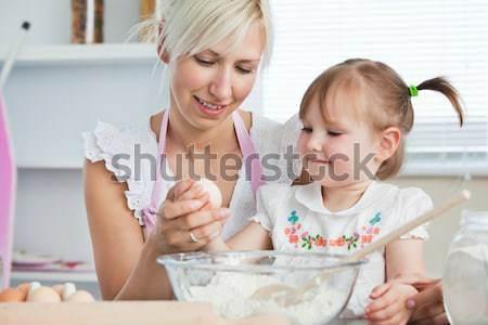 Vrouw cookies dochter keuken hand Stockfoto © wavebreak_media