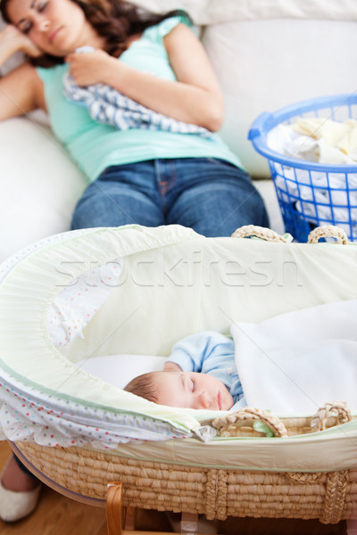 Cute Baby schlafen Wiege Mutter Couch Stock foto © wavebreak_media