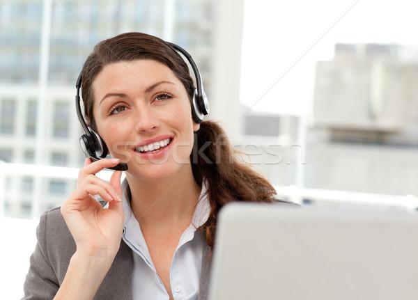 Figyelmes üzletasszony beszél telefon dolgozik számítógép Stock fotó © wavebreak_media