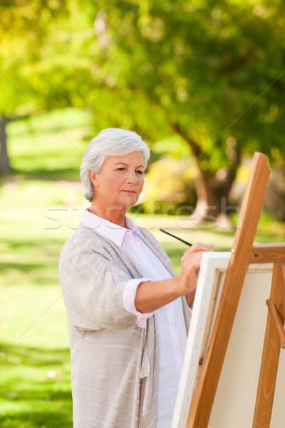 Starsza kobieta malarstwo parku szczęśliwy kobiet osoby Zdjęcia stock © wavebreak_media