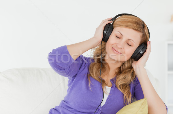 Mooie vrouw luisteren naar muziek genieten moment vergadering Stockfoto © wavebreak_media