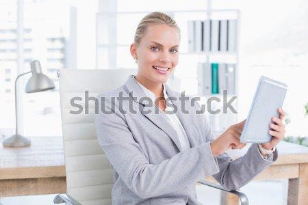 Jól kinéző nő mutat lap papír kamerába Stock fotó © wavebreak_media