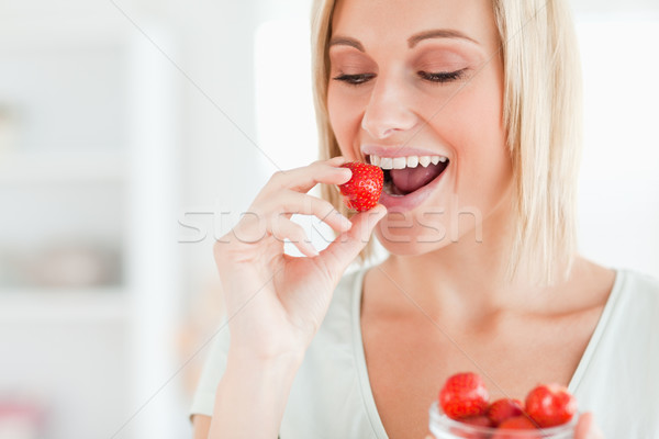 Сток-фото: женщину · еды · клубники · кухне · здоровья