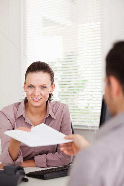 Zakenvrouw presenteren contract iemand glimlach man Stockfoto © wavebreak_media