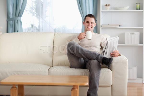 человека чай чтение Новости гостиной бумаги Сток-фото © wavebreak_media