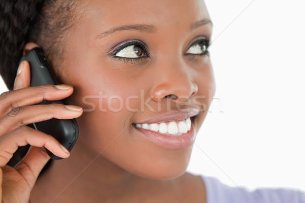Mujer sonriente escuchar llamador blanco teléfono Foto stock © wavebreak_media