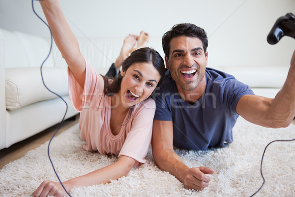 Lachend spelen video games woonkamer home Stockfoto © wavebreak_media