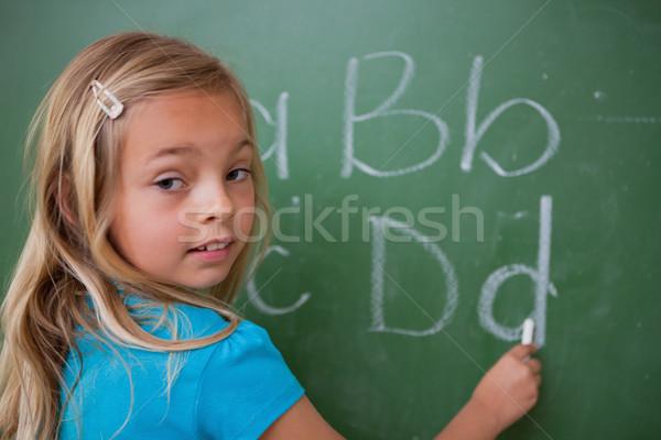 Cute Schülerin schriftlich Briefe Tafel Schule Stock foto © wavebreak_media