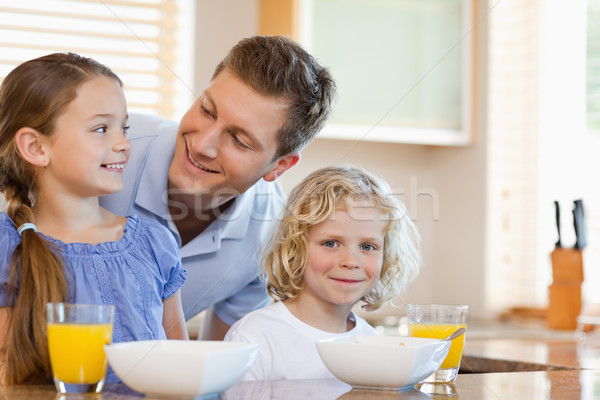 Apa együtt gyerekek mögött konyhapult étel Stock fotó © wavebreak_media
