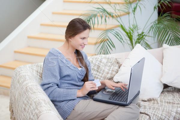 женщины сидят диван используя ноутбук комнату ноутбука Сток-фото © wavebreak_media
