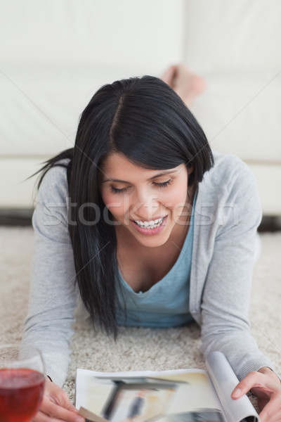 Mulher sorrindo piso leitura revista sala de estar vidro Foto stock © wavebreak_media