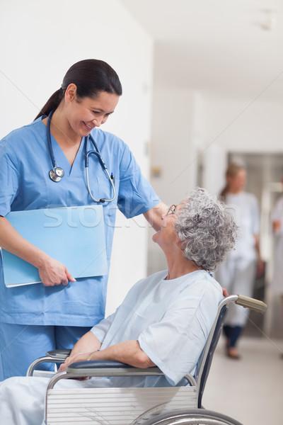 Enfermeira em pé paciente cadeira de rodas hospital mulher Foto stock © wavebreak_media
