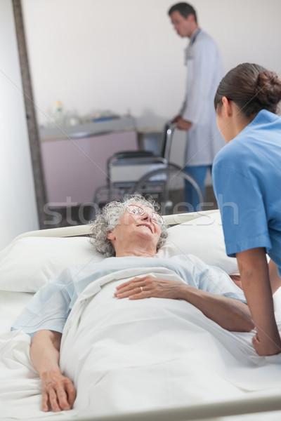 Nővér néz idős beteg kórház folyosó Stock fotó © wavebreak_media