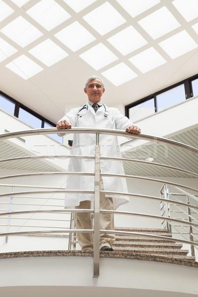 Medico piedi corridoio ospedale guardando verso il basso Foto d'archivio © wavebreak_media
