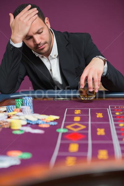 Hombre mirando ruleta mesa casino dinero Foto stock © wavebreak_media