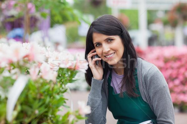 Glimlachend bloemist roepen buiten tuin centrum Stockfoto © wavebreak_media